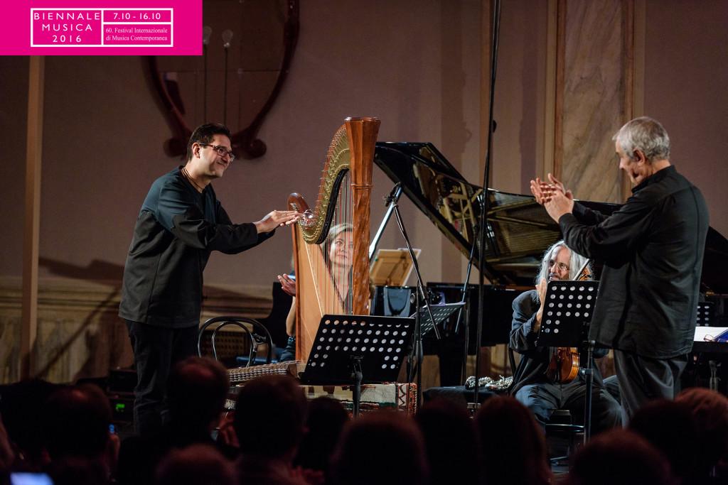 Karen Keyhani a sx, Sandro Gorli direttore del Divertimento Ensemble a Dx (Biennale di Venezia 2016, foto di Andrea Avezzu)